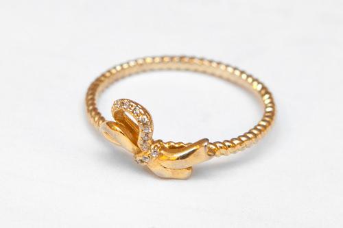 ねじりの入ったデザインと極小ラインストーンがポイント。ゴールドカラーリング/6,900ウォン