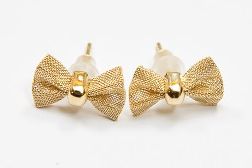 ゴールドカラーの小さなリボンがかわいいピアス/1,000ウォン