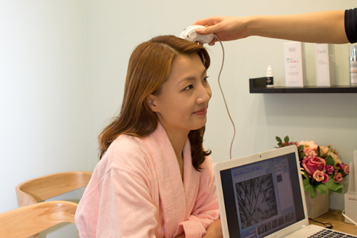 頭皮の状態をチェック測定器で頭皮状態をチェックし、それに基づいてカウンセリングします(施術後の頭皮状態もチェック可能)。