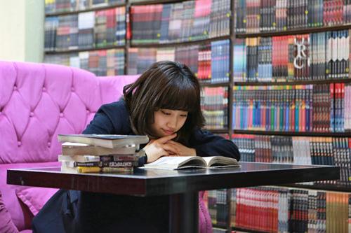 4.マンガを読む心ゆくまでマンガを熟読。靴を脱いだり、ソファに寝転がっている人まで!みなさん自宅のようにリラックス。