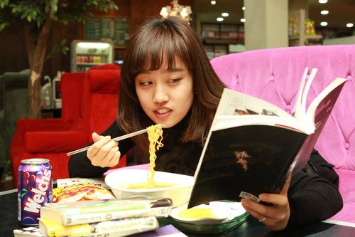 7.ながら読みOK読みながら、飲みながらの読書ももちろんOK。韓国学生のように、マンガ片手にラーメンをはふはふしましょう!