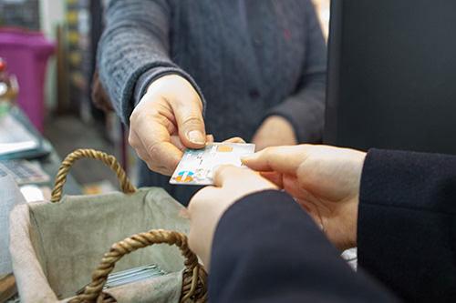 8.お会計最初にもらったカードをカウンターに返却して利用料金を支払い。マンガや食べたあとの食器などはそのままでOK。