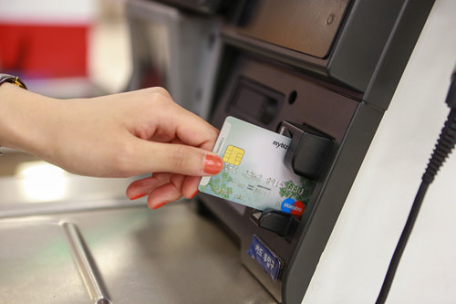 3.支払い用のカードを機械の差込口へ。入れっぱなしだと認識されないので機械に差したらすぐに抜きましょう。その後、サインをします。