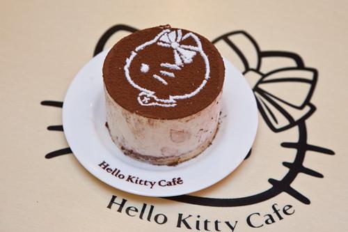 Hello Kittyティラミス(ヘルロキティティラミシュ) 5,500ウォンしっとりスポンジとマスカルポーネチーズが相性抜群。「Hello Kitty Cafe」のマークである横顔キティが描かれています。