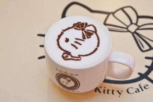 さつまいもラテ(コグマラテ) 4,500ウォン甘すぎないすっきりとした後味のさつまいもラテ。ふわふわミルクホイップの上にはキティのラテアートが描かれています。