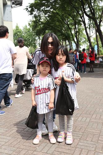 4歳と6歳の娘を連れて親子で来ました!私と旦那がLGツインズのファンなので、家族の予定が合った日はよく野球場に行きます。平日は仕事なので、週末のお昼の試合をのんびり見に来ることが多いですね。なによりも子供たちと一緒に応援して楽しめるのがプロ野球観戦の魅力です!