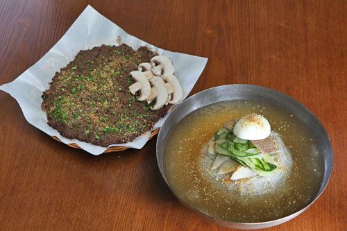 香ばしい肉にさっぱりとした冷麺が相性抜群