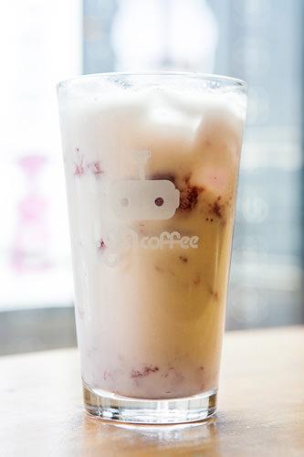 イチゴたっぷりラテ(タルギポンダンラテ) 5,000ウォン牛乳にイチゴ果肉たっぷりのストロベリーソースを加えたラテ。太めのストローで食べるようにして飲みます。メニュー名の「ポンダン」は「たっぷり、いっぱい入れる」という意味の韓国語。ピンクの見た目もとてもかわいらしいドリンクです。