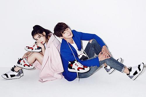 歌手IU(写真左)とともに「SBENU」の甘いCMにも出演