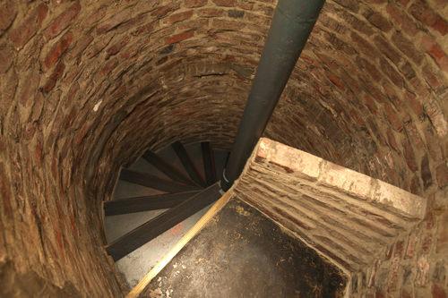 1人通るのがやっとのらせん階段