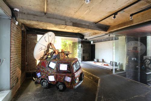 元ロビーだった空間にはナム・ジュン・パイクの作品