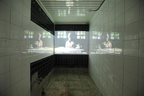 シャワー室だった部屋に映像が流れます