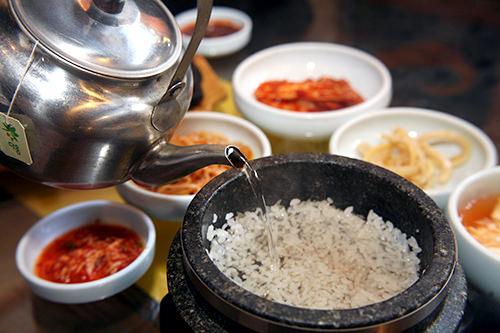2.釜にお湯を注いでおき、最後にシメとしてさっぱりした味を楽しみます。