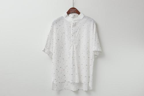 キュッと絞まった首元がポイントのシャツ95,000ウォン