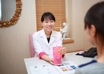 韓方薬治療毛母細胞が傷つき毛髪の成長周期が崩れている場合、免疫力と女性ホルモンのバランスを整える韓方薬を服用します。