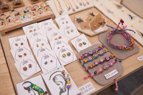 独特な配色が特徴!刺繍糸を組み合わせて作ったブレスレット(写真右)9,000~20,000ウォン