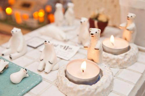 キャンドルに手を伸ばして暖を取る白熊がキュート!キャンドルフォルダー30,000ウォン
