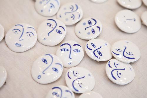 憎めないユニークな表情が印象的なブローチ各7,000ウォン