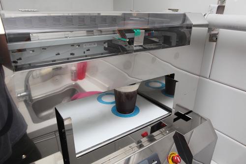 7.専用の機械へわずか1分で機械がクリームの上に写真をプリント