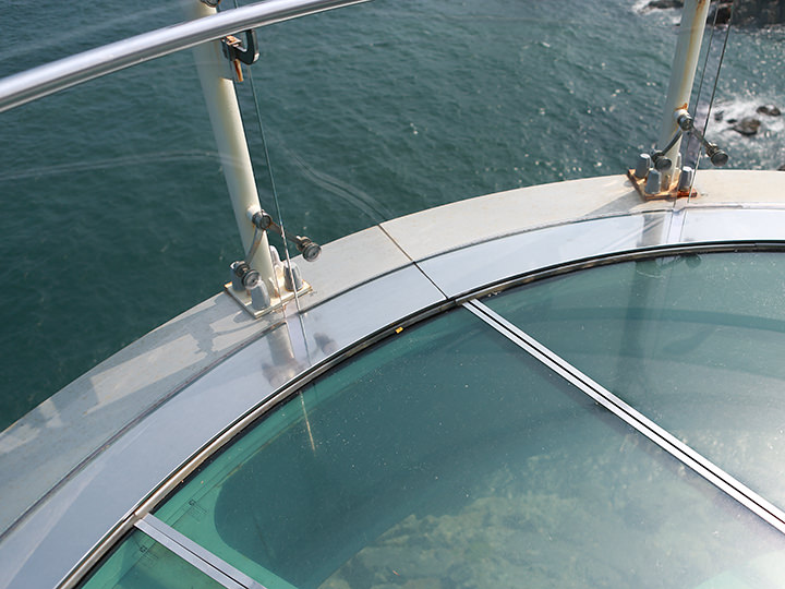 ガラス張りの足元からは海が