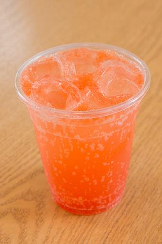 グレープフルーツエード3,500ウォンピンク色があざやかなグレープフルーツエード。グレープフルーツのほろ苦さと甘味とすっきりとした炭酸は、甘いワッフルとよく合います。