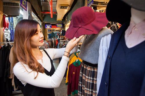 去年から人気の女優帽(15,000ウォン)。引き続きツバが広いタイプの帽子が流行っているので使えそうです!