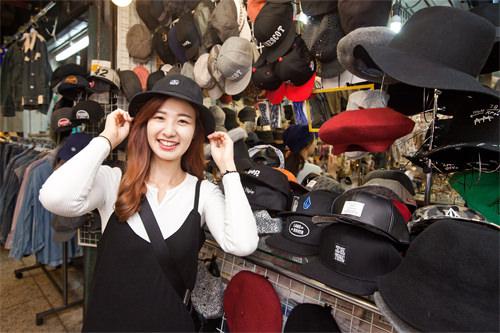 1,3000ウォンの帽子。ものすごく安くないですか?(笑)今年人気のこのデザインもこんなに安く手に入ります♪新品みたい!