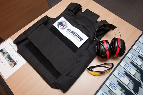 2.射撃場に入るには防弾チョッキの着用が必須!チョッキを身に着け、耳当てとサングラスを受け取ります。