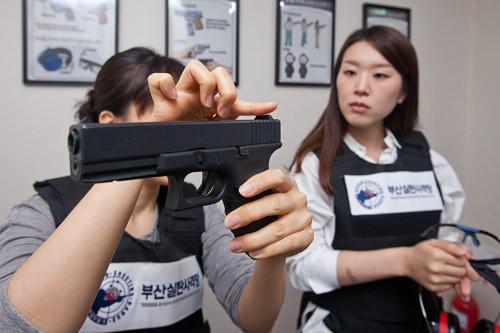 4.射撃前には個別レッスンも。スタッフの案内に従い、撃ち方や立ち方などをマスターしましょう。