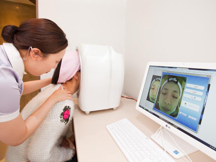 肌状態の検査施術前には、的確な治療が行なえるよう専門機器を使用して肌の状態をチェック