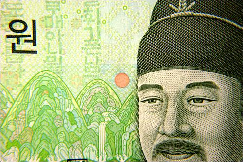 表、世宗大王の帽子の横の模様、よく見ると「10000」という字がいっぱい!