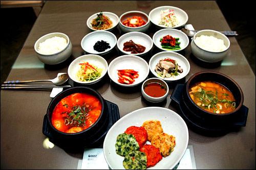 定食とコーヒー安い定食(ペッパン)なら5000ウォン程度で食べられる韓国、食後のコーヒーと合わせてちょうど1万ウォン!