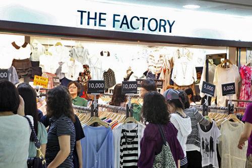 セール衣類 露店や駅の地下で見かける格安店では、洋服のみならず、靴やバッグも1万ウォンで手に入ります。