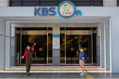 見学ホール「KBS On」前でパチリ