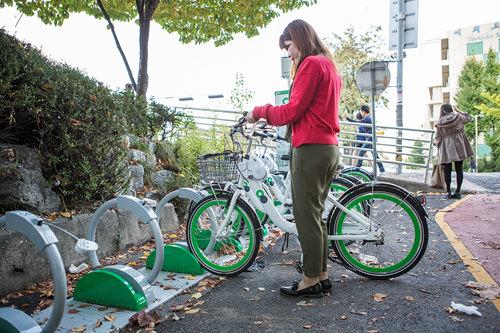 1.自転車をスタンドに立てます(返却はどの貸し出しスポットでも可能)。
