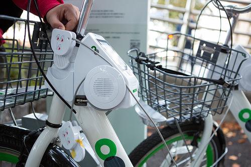 1.スタンドに止まっている自転車のパネル左横に巻かれている補助ロックを引っ張ります