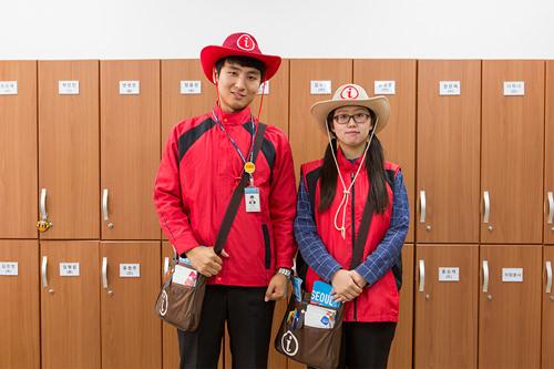 職員(左)とボランティアではユニフォームに違いあり