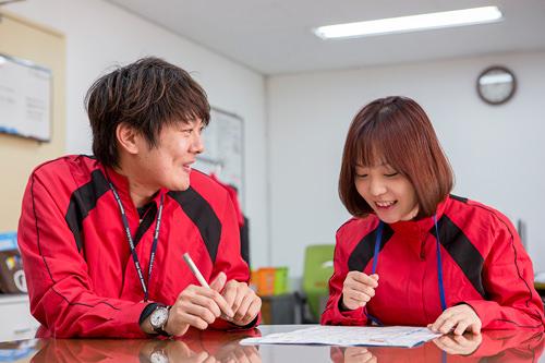 日本語ネイティブ・ゆうすけさん(左)による日本語指導