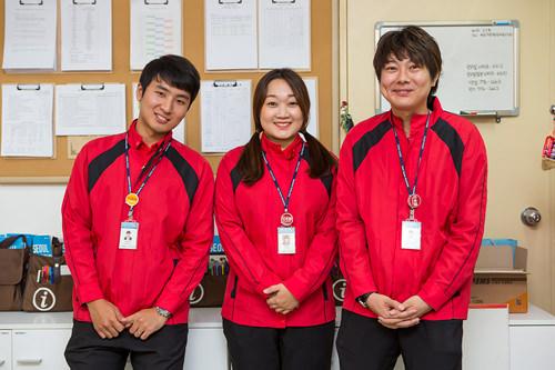(左から)ユヌさん、ミンジンさん、ゆうすけさん