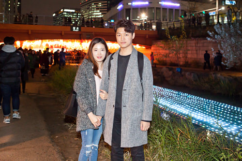 ミンホ&ジュヨンさんカップル今日は江南(カンナム)から駆けつけました。初めて来たのですが、想像以上にきれいで今日は本当に来てよかったと思います。キャラクターのランタンがかわいくて、2人でセルカばかり撮っています(笑)。
