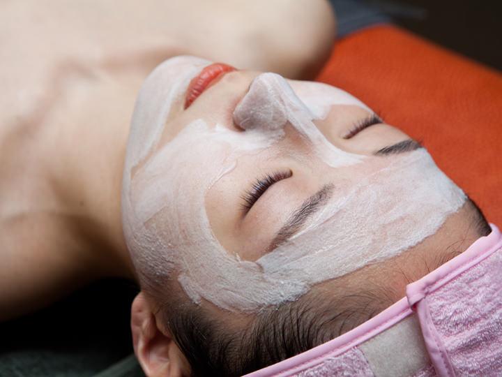 3.クレンジング・ピーリングクレンジングとピーリングで毛穴の奥深くに詰まった汚れや角質を落とし、透明感ある肌へと導きます。