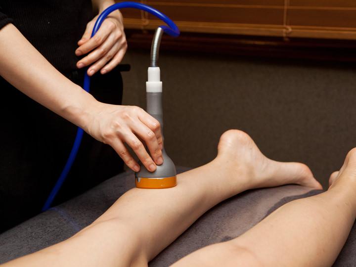 2.足アロマ・機械マッサージ足の付け根からふくらはぎ、太もも、足裏までオイルマッサージで揉みほぐし、疲労やむくみを解消します。専用機械を用いてさらにデトックス。