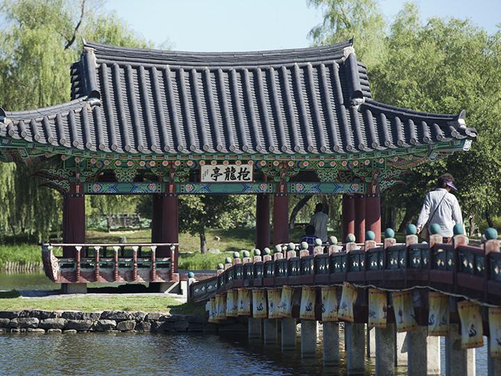 池の中央には東屋・泡龍亭(ポリョンジョン)が建つ