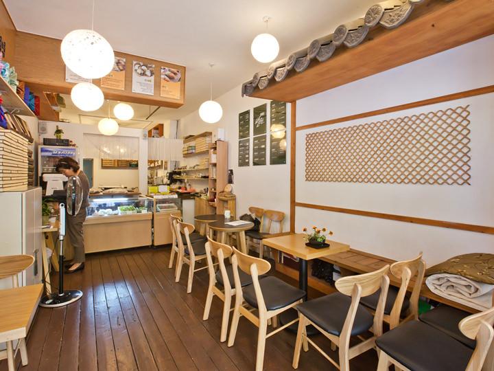 座りながらオープンキッチンの様子をうかがえる
