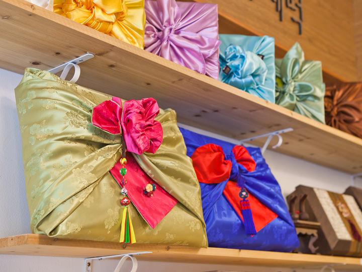ギフト用は韓国らしい色みの風呂敷に包んでくれる