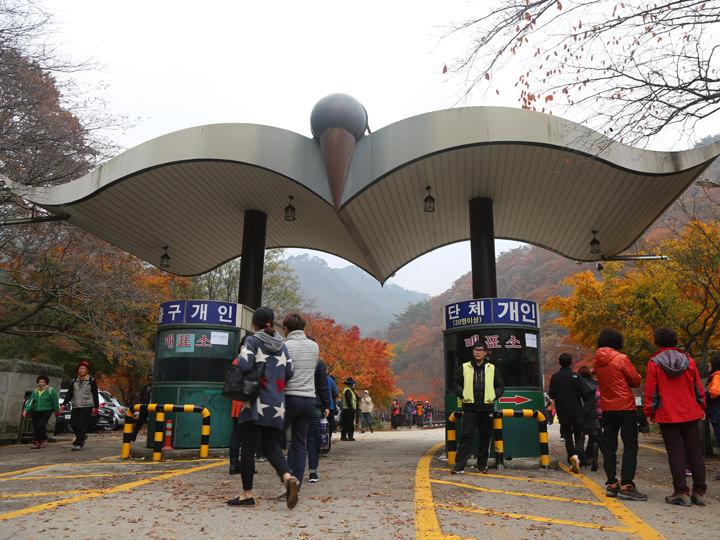 料金所からお寺まで有料バス(大人1,000ウォン)もある
