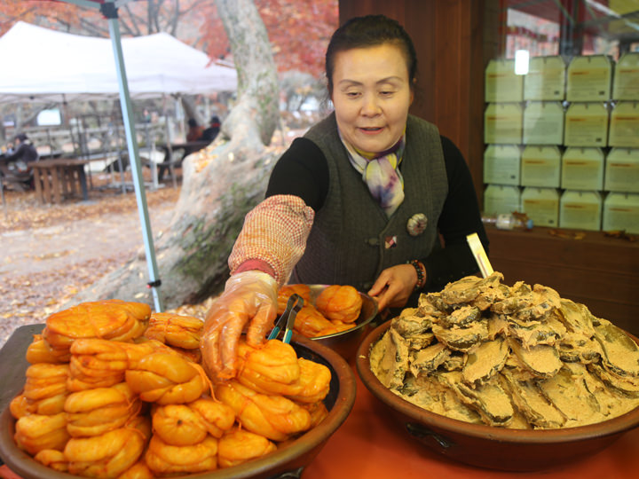 天王門で売られている漬物(チャンアチ)。左はマクワウリ、右はキュウリ