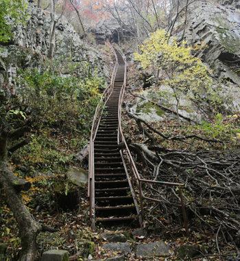 洞窟へ続く長く急な階段