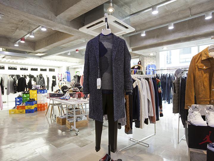コート 178,000ウォン、セーター100,000ウォン、ズボン80,000ウォン