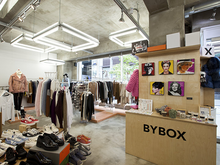 約165平方メートルの1階はレディスフロアで、洋服、ファッション小物、化粧品が揃います